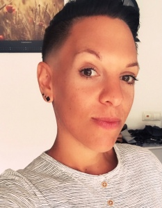 Selfie von Ash, einer weißen Person mit braunen Augen und braunen kurzen Haaren